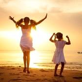 22099560-boldog-gyermekek-ugrás-a-strandon-a-hajnal-időben